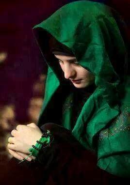 Perempuan Muslim Syi'ah Berdo'a